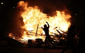 Πεδίο μάχης το Παρίσι με δακρυγόνα και πλαστικές σφαίρες