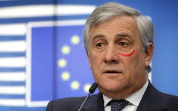 Γιατί ο πρόεδρος του Ευρωκοινοβουλίου έβαλε κόκκινο κραγιόν κάτω από το μάτι