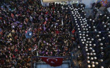 Δακρυγόνα από την τουρκική αστυνομία σε διαδήλωση κατά της βίας σε βάρος των γυναικών