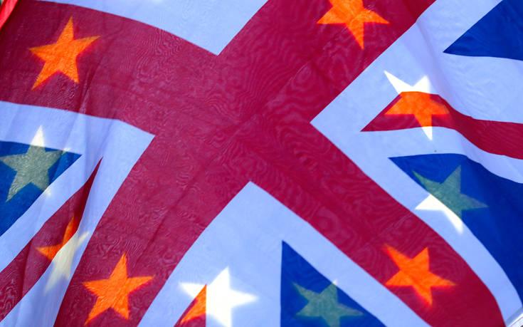 Σε ετοιμότητα για το ενδεχόμενο «άτακτου» Brexit η κυβέρνηση της Μέι