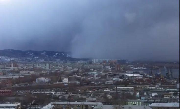 H στιγμή που «τσουνάμι χιονιού» καταβροχθίζει πόλη στη Σιβηρία