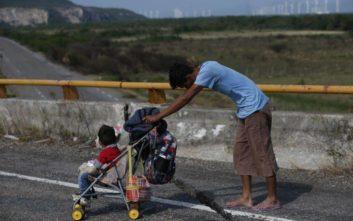 Γυναίκα από τη Γουατεμάλα γέννησε το πρώτο μωρό σε καραβάνι μεταναστών για τις ΗΠΑ
