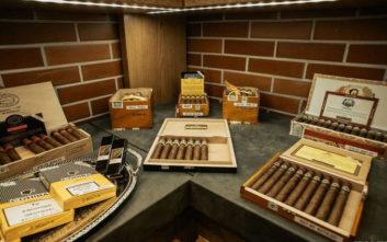 Ανακαλύψτε εκλεκτά πούρα και σπάνια αποστάγματα στο Smoke Cigars Emporium & Lounge
