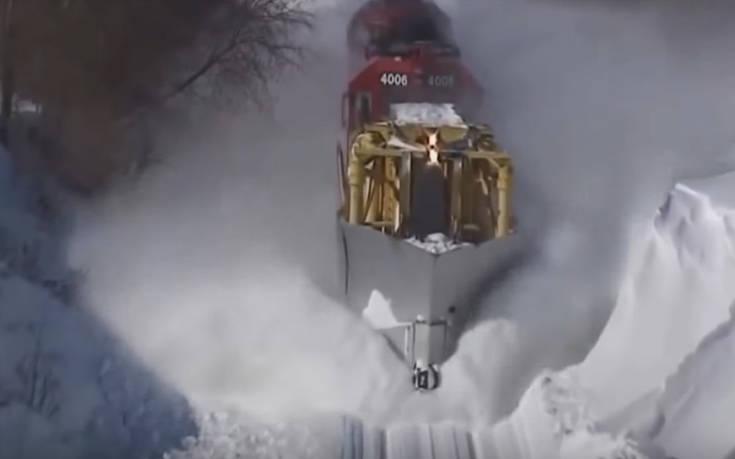 Τρένα-θηρία που τα βάζουν με το χιόνι