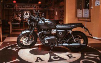 Η Triumph αποτίει φόρο τιμής στο θρυλικό Ace Cafe