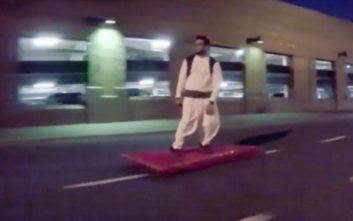 Ο Αλαντίν κυκλοφορεί με το μαγικό χαλί του στους δρόμους του Νιου Τζέρσεϊ