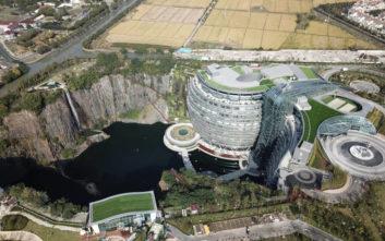 Το ξεχωριστό ξενοδοχείο για πελάτες με βαθιές τσέπες που χτίστηκε σε έναν λάκκο