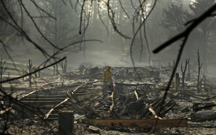 Θρήνος μέσα στις στάχτες, αγωνία για πάνω πάνω από χίλιους αγνοούμενους στην Καλιφόρνια