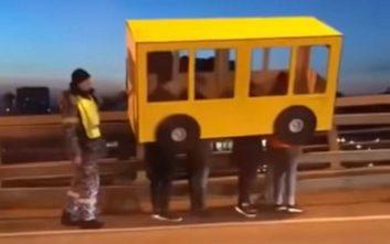 Ντύθηκαν... λεωφορείο για να περάσουν από τη γέφυρα