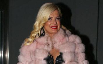 Διάφανο φόρεμα, ροζ γούνα και μαύρες ψηλοτάκουνες γόβες