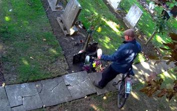 Αδιάντροπος κλέφτης αρπάζει τα λουλούδια οικογενειακού τάφου κάθε βδομάδα