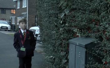 Κατέβασαν αγοράκι από σχολικό γιατί δεν μπορούσε να δείξει το πάσο του