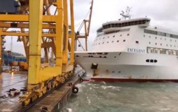 Καράβι προσκρούει στο λιμάνι της Βαρκελώνης, ρίχνει κάτω… τεράστιο γερανό