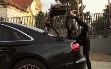 Αυτό το κορίτσι κλείνει το πορτ μπαγκάζ με το δικό του, ιδιαίτερο τρόπο