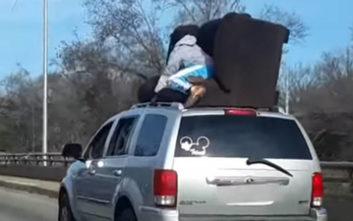 Όταν η μεταφορά ενός καναπέ γίνεται επικίνδυνη αποστολή