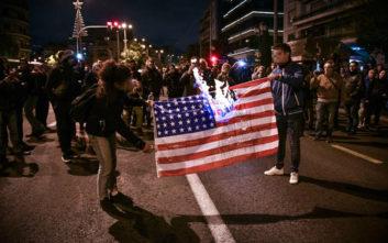 Έκαψαν την αστερόεσσα έξω από την αμερικανική πρεσβεία