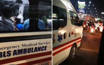Μοτοσικλετιστές κλείνουν ασθενοφόρο με σειρήνα και φάρο αναμμένα