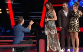 Έκανε πρόταση γάμου στη σκηνή του The Voice