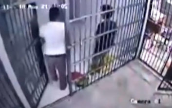Ξεγέλασε δαιμόνια τον αστυνομικό και απέδρασε από το κελί