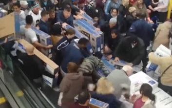 Σπρωξίδια και μάχες σώμα με σώμα σε άλλο ένα βίντεο από την Black Friday