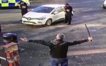 Αστυνομικοί εναντίον άντρα με… σπαθί σαμουράι