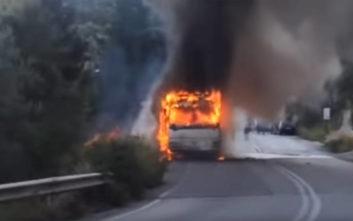 Βίντεο από τη στιγμή που τυλίχτηκε στις φλόγες το λεωφορείο στη Λευκάδα