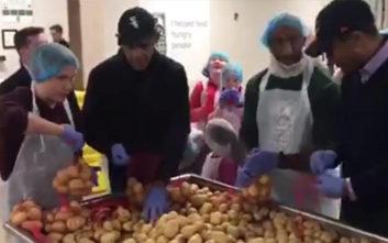 Ο Μπαράκ Ομπάμα ετοιμάζει γεύματα για απόρους