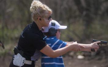 Η μητέρα που εκπαιδεύει τα 7 παιδιά της στα όπλα εξομολογείται τον λόγο