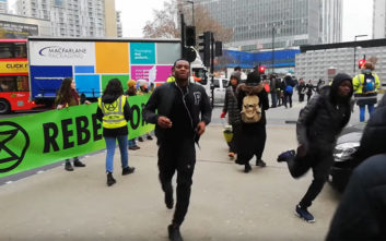 Τα πήρε γιατί οι διαδηλωτές τού χάλασαν το… τζόκινγκ