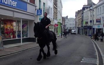 Πήγε για ανάληψη στην τράπεζα με το… άλογο