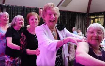 Με την καρδιά της ξεφαντώνει η τρίτη ηλικία στο… «κλαμπ των συνταξιούχων»