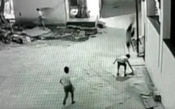 Αγοράκι σώθηκε από πτώση 12 μέτρων γιατί προσγειώθηκε πάνω στον φίλο του