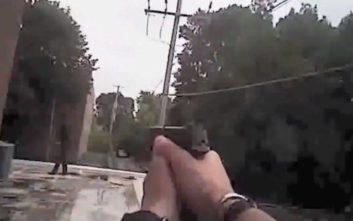 Η στιγμή που αστυνομικοί πυροβολούν άντρα που κρατά… κινητό