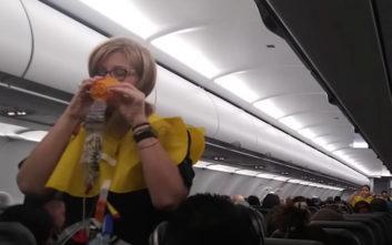 Ο αεροσυνοδός που προκαλεί στους ταξιδιώτες… υστερικό γέλιο