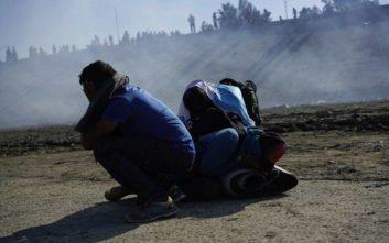 Ο Τραμπ δικαιολόγησε τη χρήση δακρυγόνων κατά μεταναστών στα σύνορα με το Μεξικό