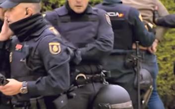 Γυμνόστηθες διαδηλώτριες παρεμβαίνουν σε συγκέντρωση ακροδεξιών στην Ισπανία