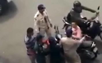 Αστυνομικός ρίχνει σφαλιάρα σε σταματημένη γυναίκα οδηγό μηχανής