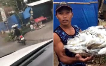 Μοτοσικλετιστής κυκλοφορεί με… δίσκο με ψάρια στο κεφάλι του