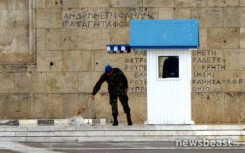 Οι εύζωνες βρήκαν καταφύγιο στα φυλάκια την ώρα της βροχής