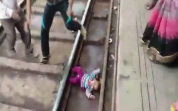 Η τρομακτική στιγμή που τρένο περνάει πάνω από μωρό ενός έτους