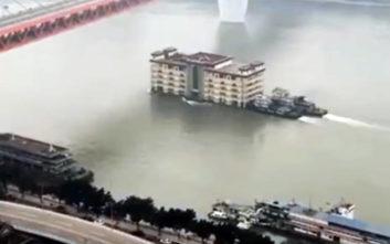 Δείτε ένα πενταώροφο κτίριο να… πλέει σε ποτάμι της Κίνας