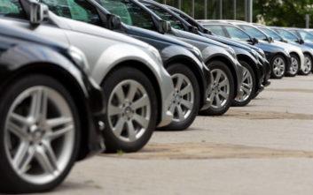 Πάρκαρε και τα 38 αυτοκίνητά του στη γειτονιά εξαγριώνοντας τους γείτονες
