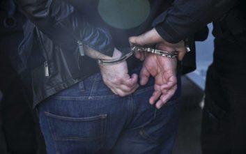 Χειροπέδες σε δυο άνδρες για τον βιασμό και τη ληστεία ηλικιωμένης στον Πύργο