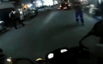 Αστυνομικός πυροβόλησε αναβάτη μοτοσικλέτας στη μέση του δρόμου έπειτα από καβγά