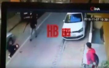 Σοκαριστικό βίντεο με ανήλικο που δολοφονεί συμμαθητή του στη μέση του δρόμου