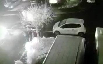 Είδαν τους εμπρηστές να καίνε το αμάξι τους, η αστυνομία αρνείται όμως να ελέγξει το υλικό