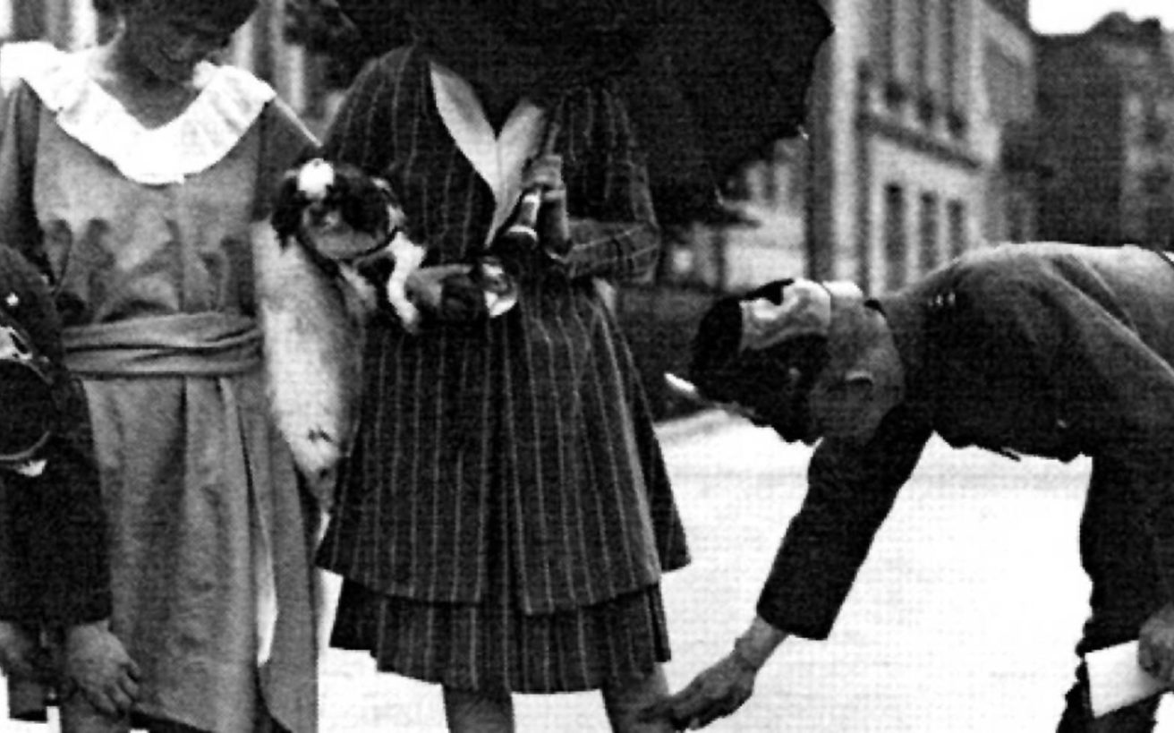 Όταν ο δικτάτορας Θεόδωρος Πάγκαλος απαγόρευσε τις κοντές φούστες