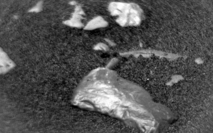 Τι είναι αυτή η πέτρα που βρήκε το Curiosity στον Άρη και λάμπει σαν χρυσός