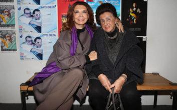 Η Μιμή Ντενίση με την μητέρα της στο θέατρο