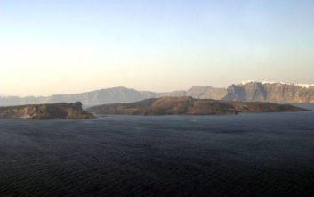 Το ηφαίστειο της Σαντορίνης έχει μία υπόγεια ρηχή κυλινδρική ανωμαλία